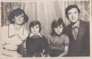 eu,fratele,mama,tata la fotograf